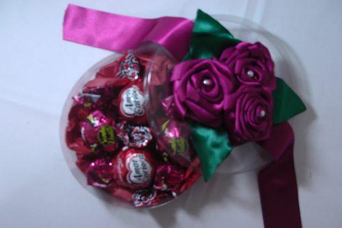 enfeitando uma embalagem com rosa de cetim